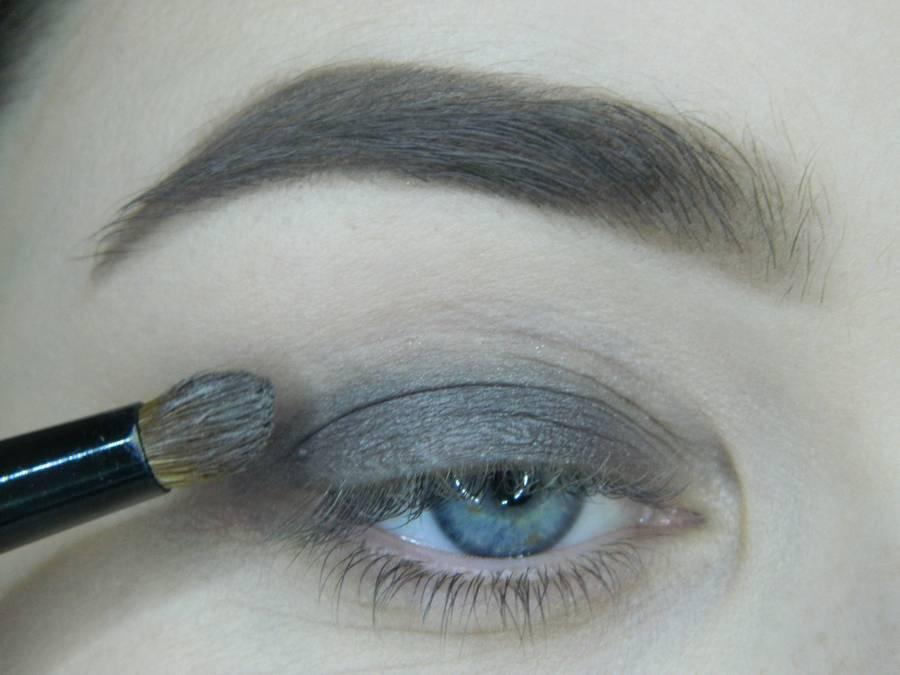 Выполнение томного вечернего макияжа в сливово-розовых тонах шаг 2