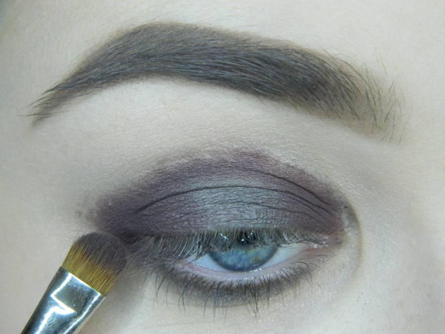 Выполнение томного вечернего макияжа в сливово-розовых тонах шаг 5