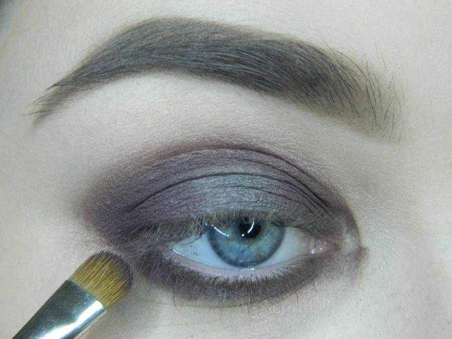 Выполнение томного вечернего макияжа в сливово-розовых тонах шаг 6