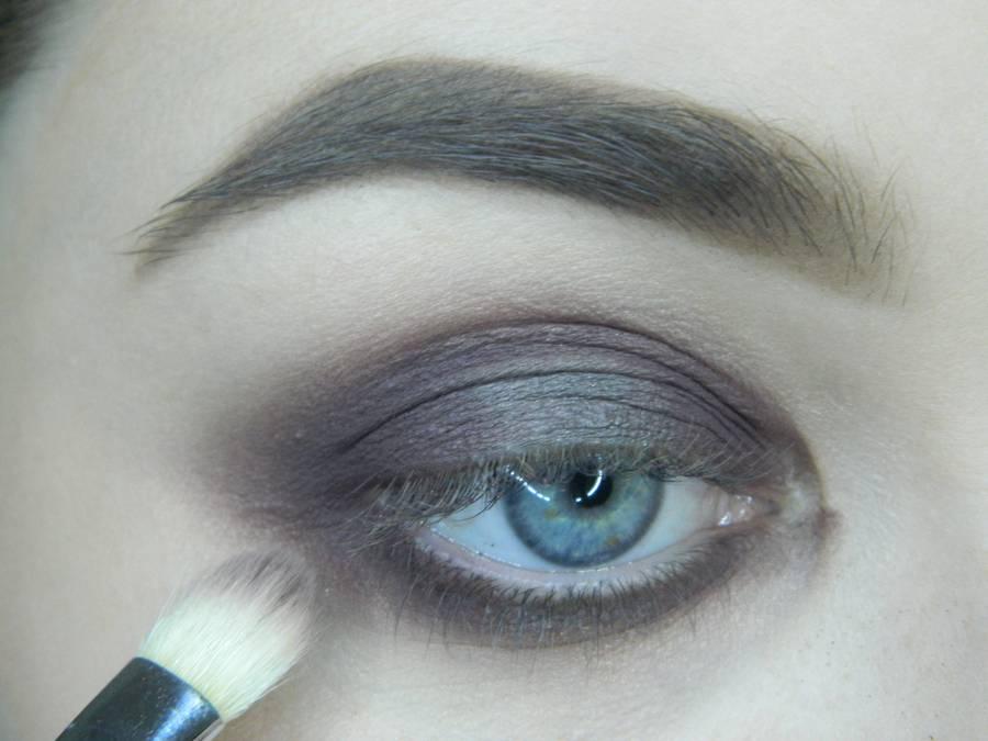 Выполнение томного вечернего макияжа в сливово-розовых тонах шаг 7