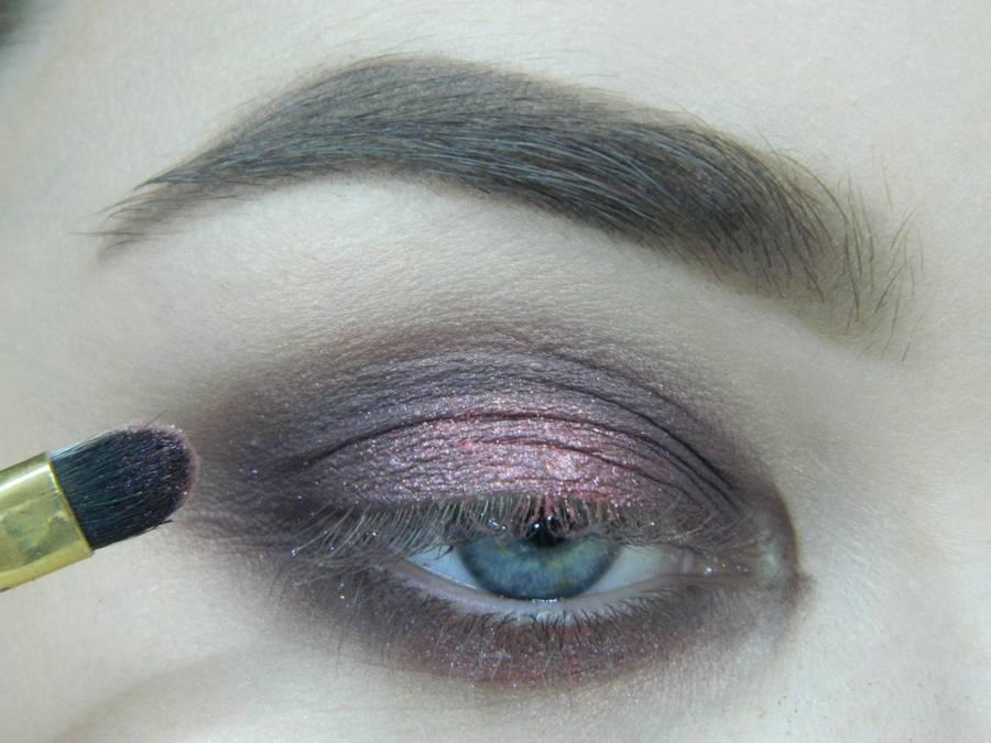 Выполнение томного вечернего макияжа в сливово-розовых тонах шаг 8