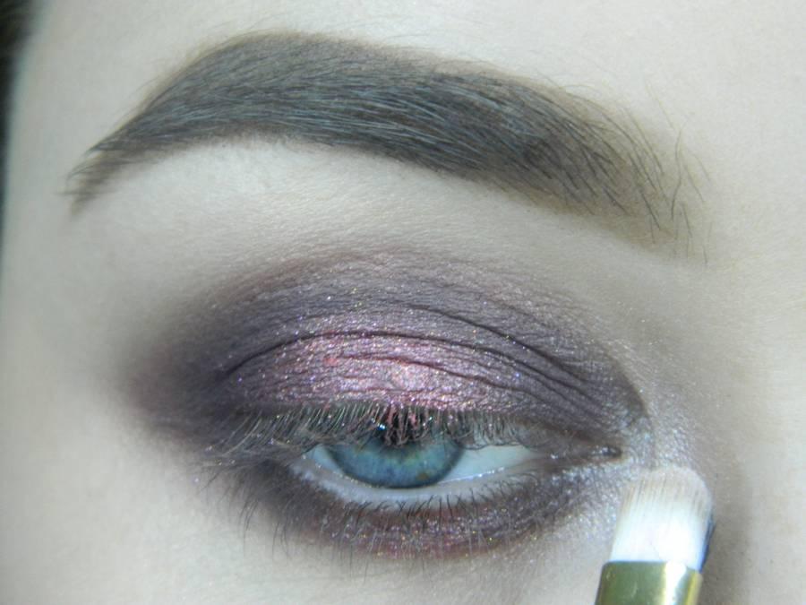 Выполнение томного вечернего макияжа в сливово-розовых тонах шаг 9