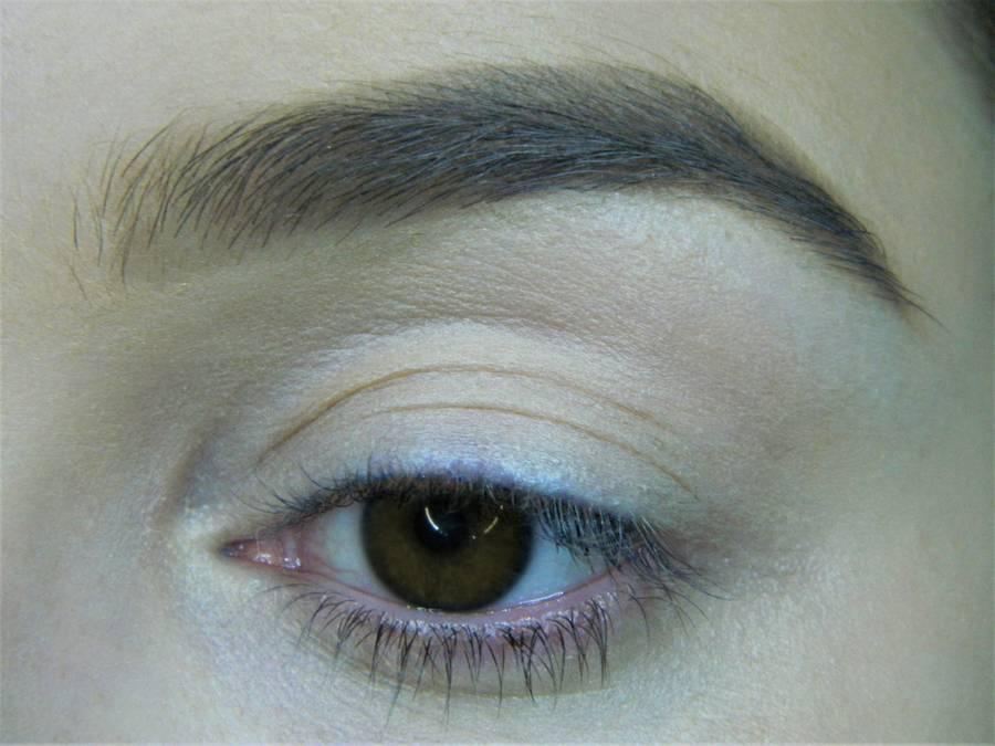 Выполнение вечернего макияжа с изумрудным акцентом для карих глаз шаг 1