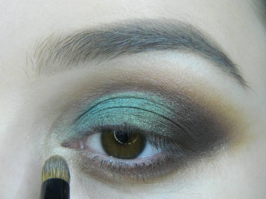 Выполнение вечернего макияжа с изумрудным акцентом для карих глаз шаг 10