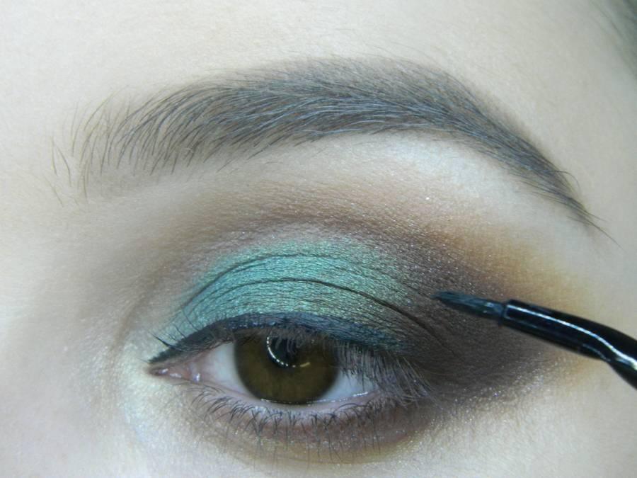 Выполнение вечернего макияжа с изумрудным акцентом для карих глаз шаг 11