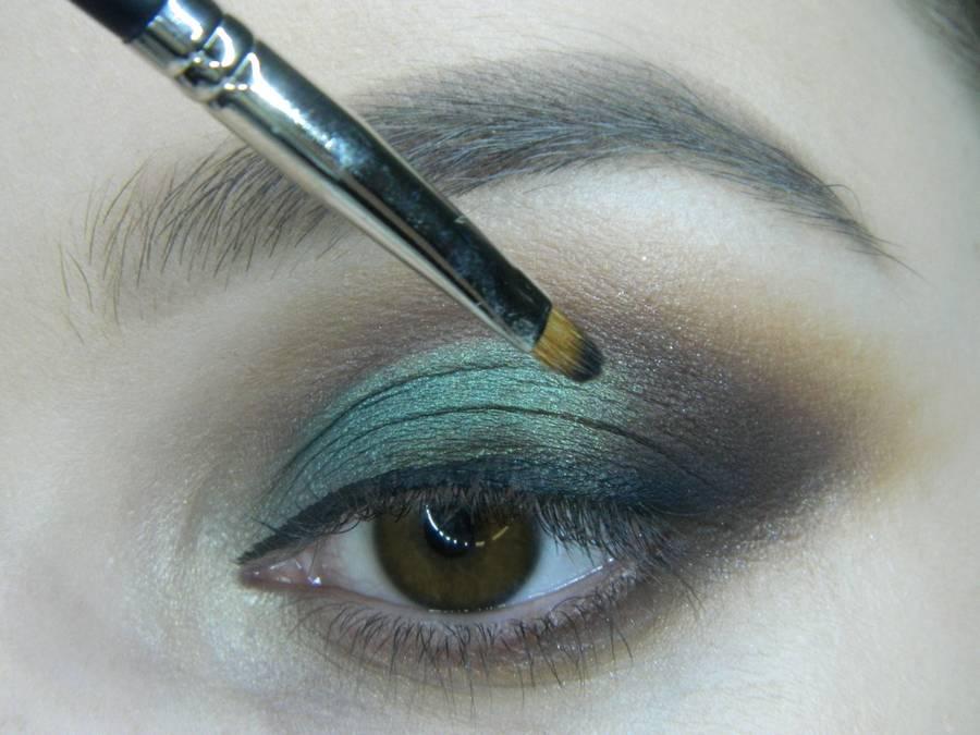 Выполнение вечернего макияжа с изумрудным акцентом для карих глаз шаг 12