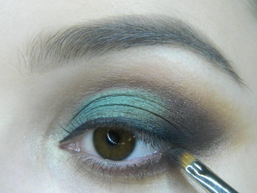 Выполнение вечернего макияжа с изумрудным акцентом для карих глаз шаг 13