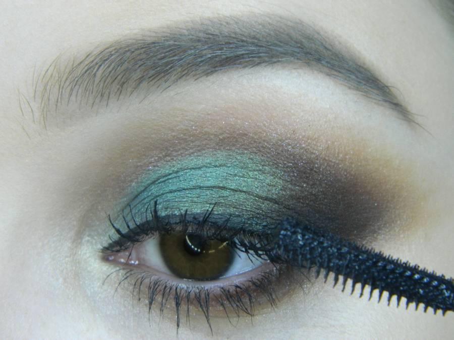 Выполнение вечернего макияжа с изумрудным акцентом для карих глаз шаг 14