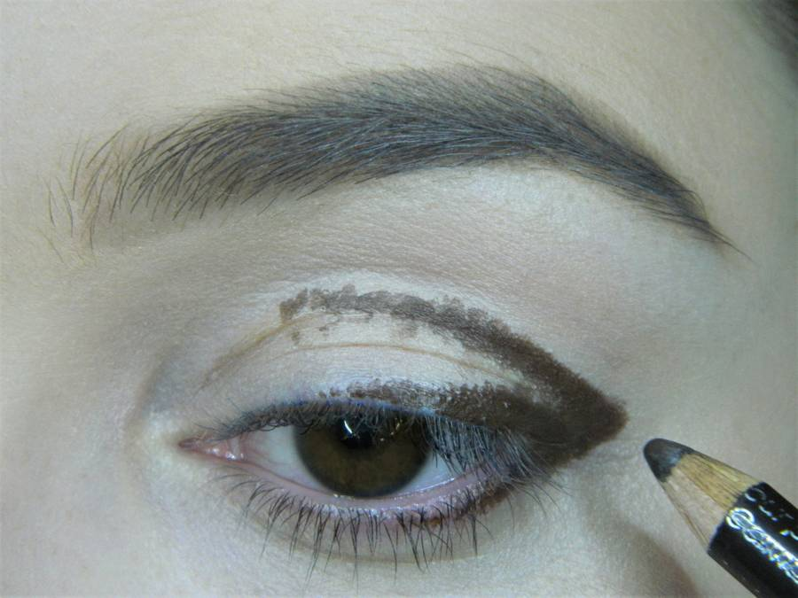 Выполнение вечернего макияжа с изумрудным акцентом для карих глаз шаг 2