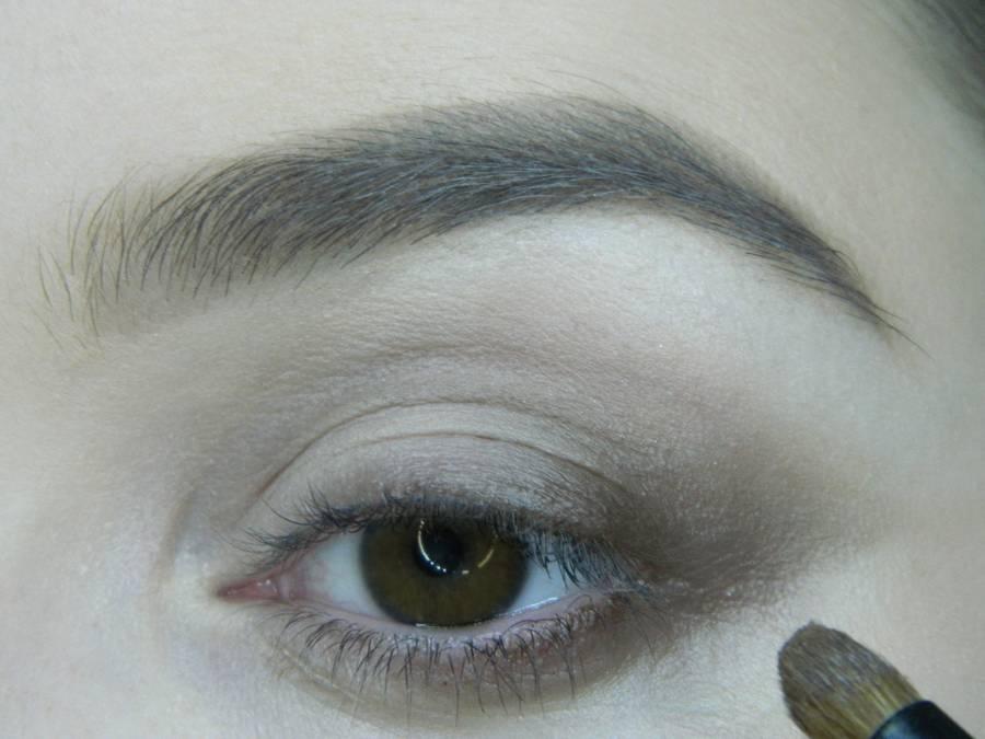 Выполнение вечернего макияжа с изумрудным акцентом для карих глаз шаг 3