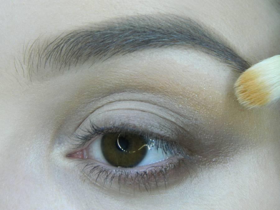 Выполнение вечернего макияжа с изумрудным акцентом для карих глаз шаг 4
