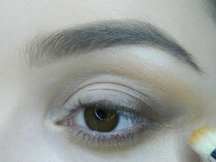 Выполнение вечернего макияжа с изумрудным акцентом для карих глаз шаг 5