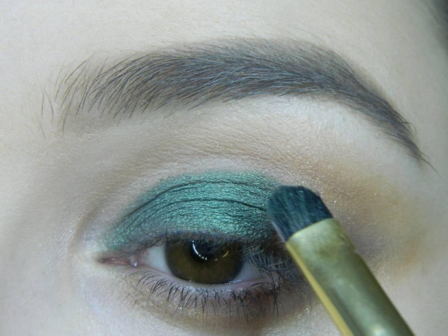 Выполнение вечернего макияжа с изумрудным акцентом для карих глаз шаг 6