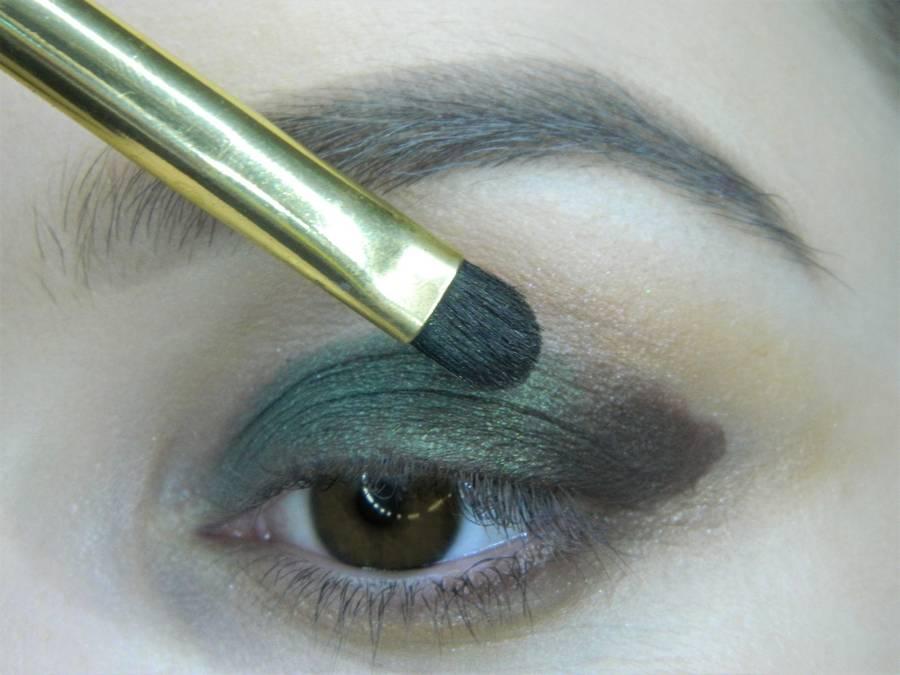 Выполнение вечернего макияжа с изумрудным акцентом для карих глаз шаг 7