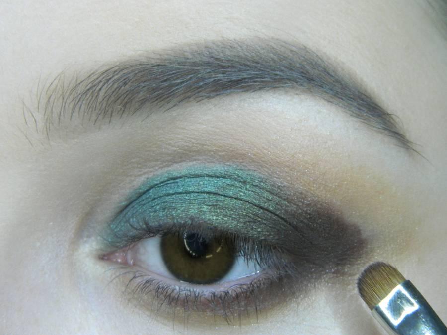 Выполнение вечернего макияжа с изумрудным акцентом для карих глаз шаг 8