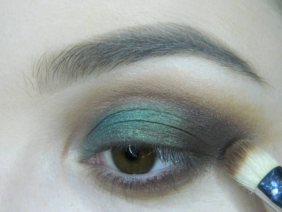 Выполнение вечернего макияжа с изумрудным акцентом для карих глаз шаг 9