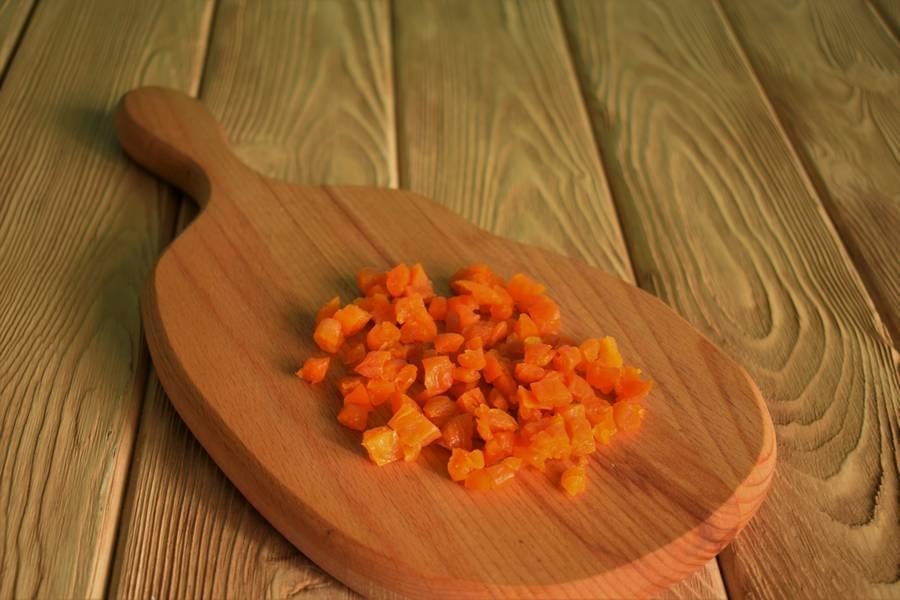 Приготовление творожных сырников с курагой шаг 2