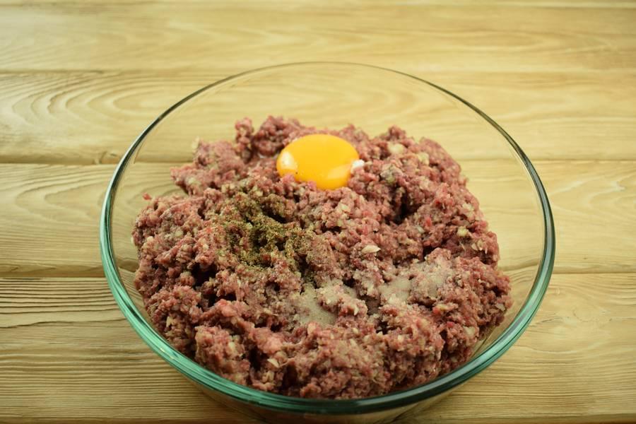 Приготовление говяжьих котлет с черным хлебом шаг 3