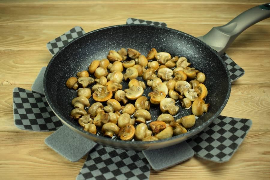 Приготовление салата с говядиной и грибами шаг 3