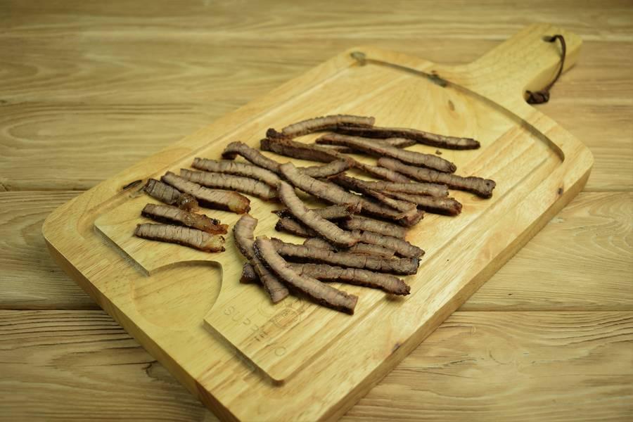 Приготовление салата с говядиной и грибами шаг 5