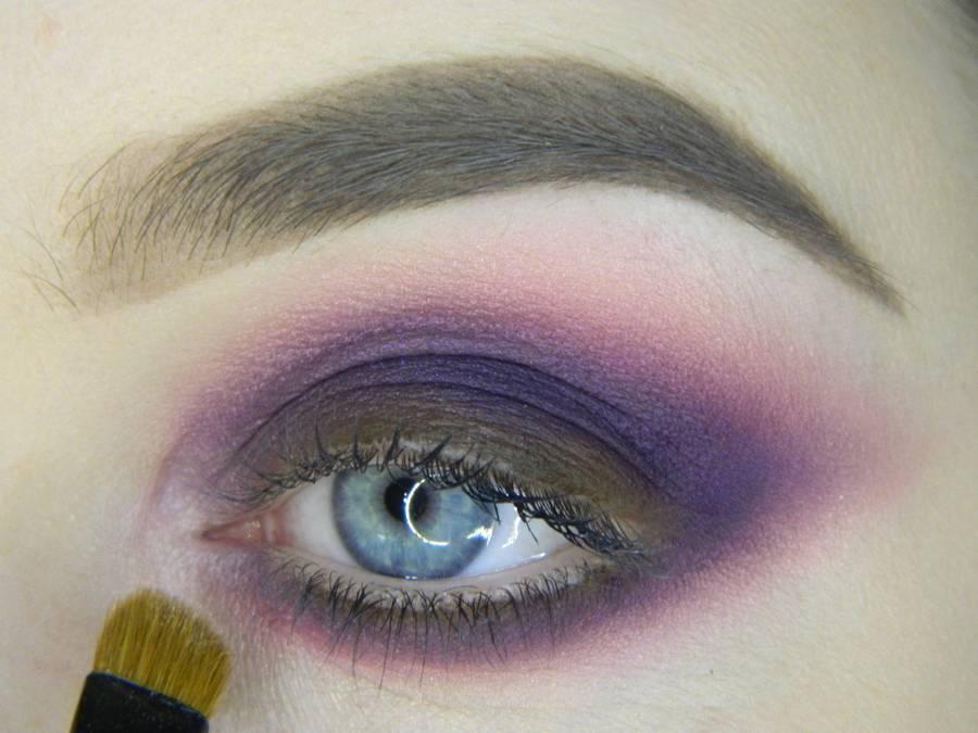 Выполнение насыщенного фиолетового смоки вечернего макияжа глаз шаг 10