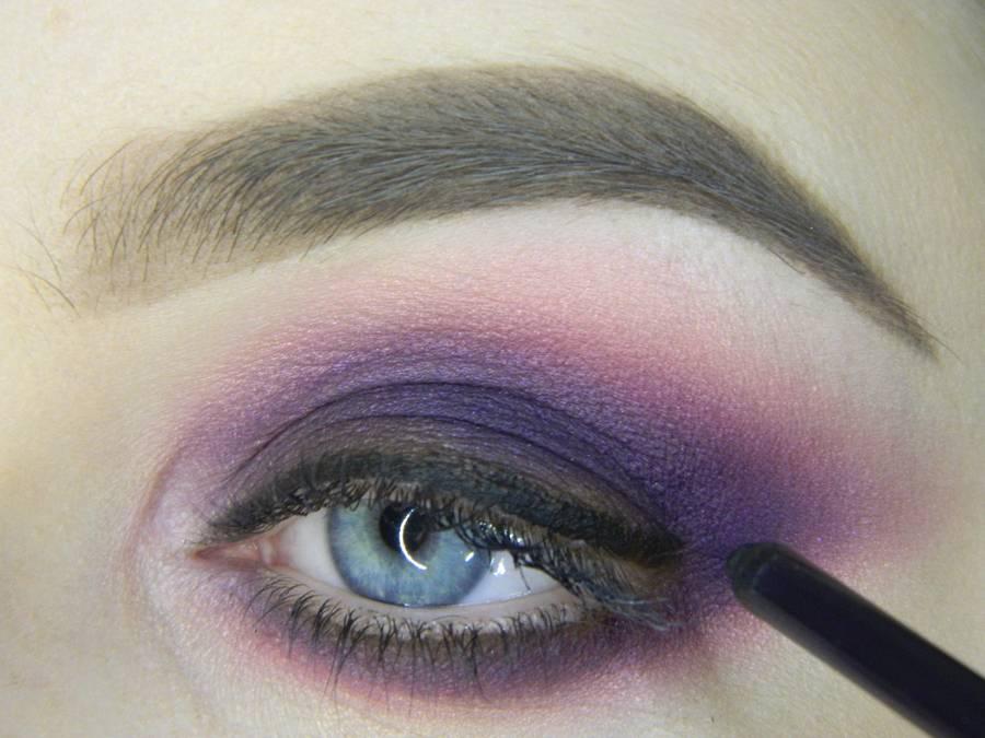 Выполнение насыщенного фиолетового смоки вечернего макияжа глаз шаг 11
