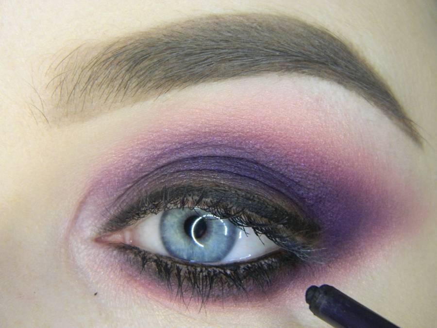 Выполнение насыщенного фиолетового смоки вечернего макияжа глаз шаг 12