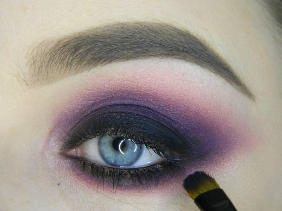 Выполнение насыщенного фиолетового смоки вечернего макияжа глаз шаг 13