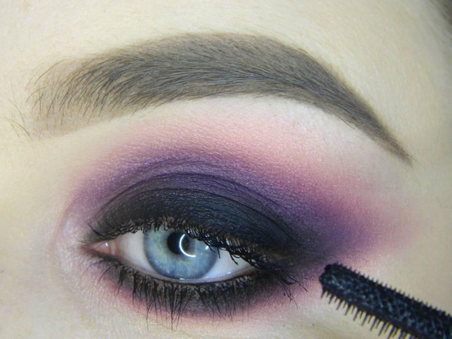 Выполнение насыщенного фиолетового смоки вечернего макияжа глаз шаг 14