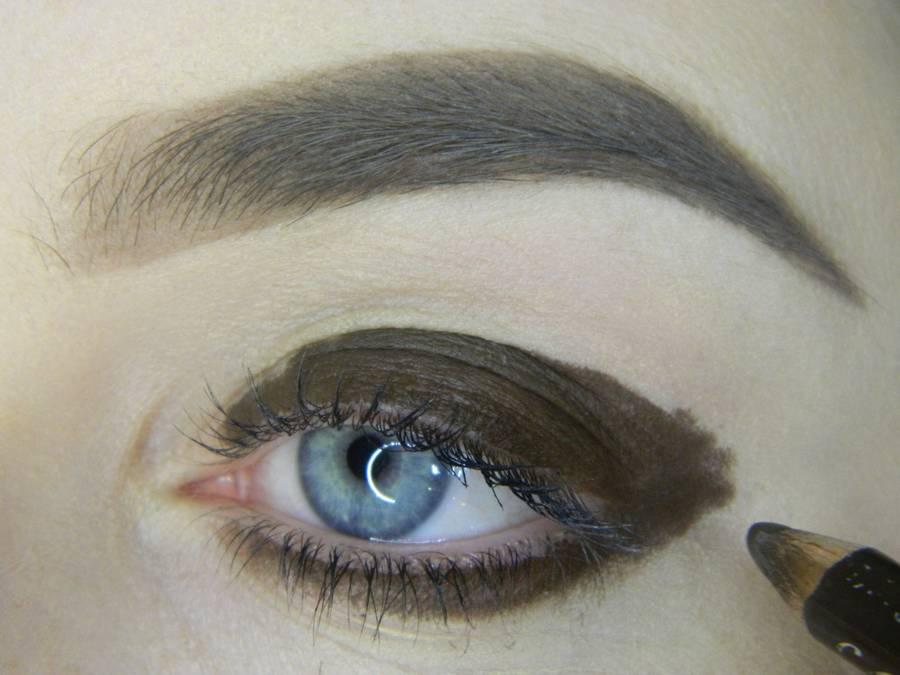 Выполнение насыщенного фиолетового смоки вечернего макияжа глаз шаг 2