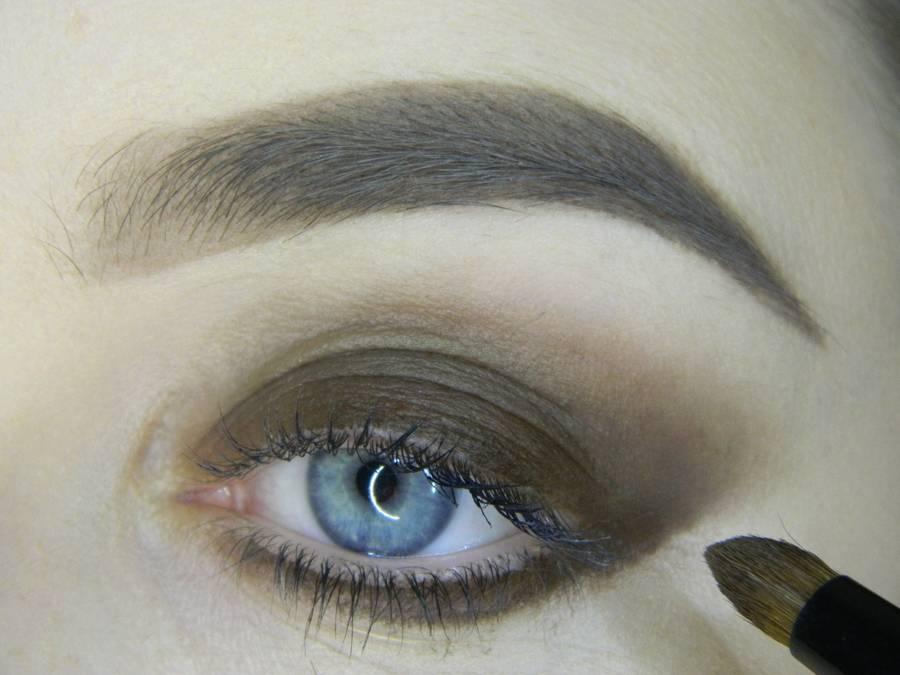 Выполнение насыщенного фиолетового смоки вечернего макияжа глаз шаг 3