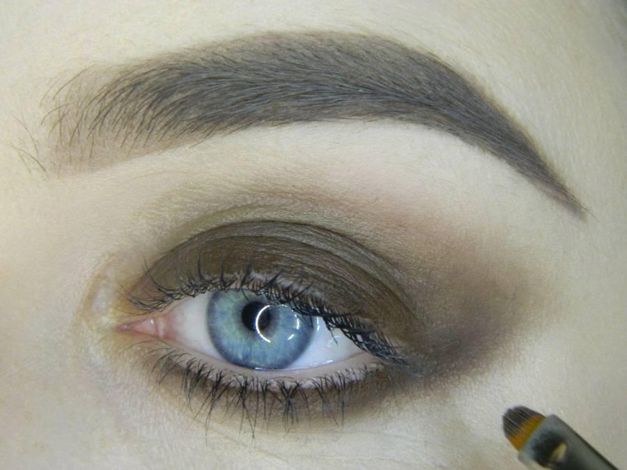 Выполнение насыщенного фиолетового смоки вечернего макияжа глаз шаг 4