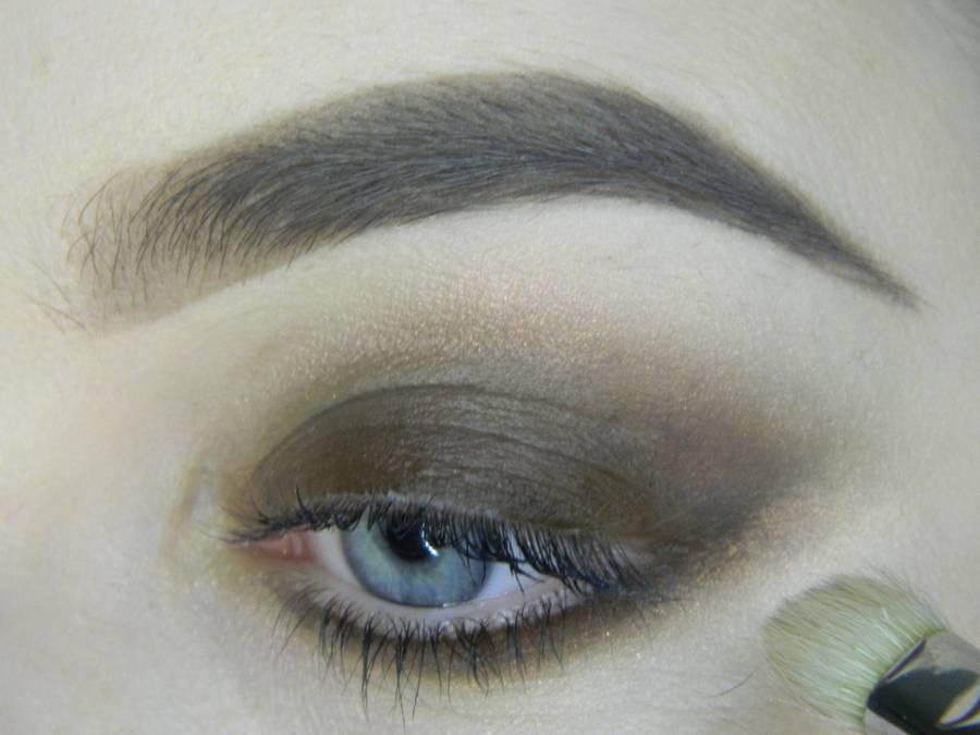 Выполнение насыщенного фиолетового смоки вечернего макияжа глаз шаг 5