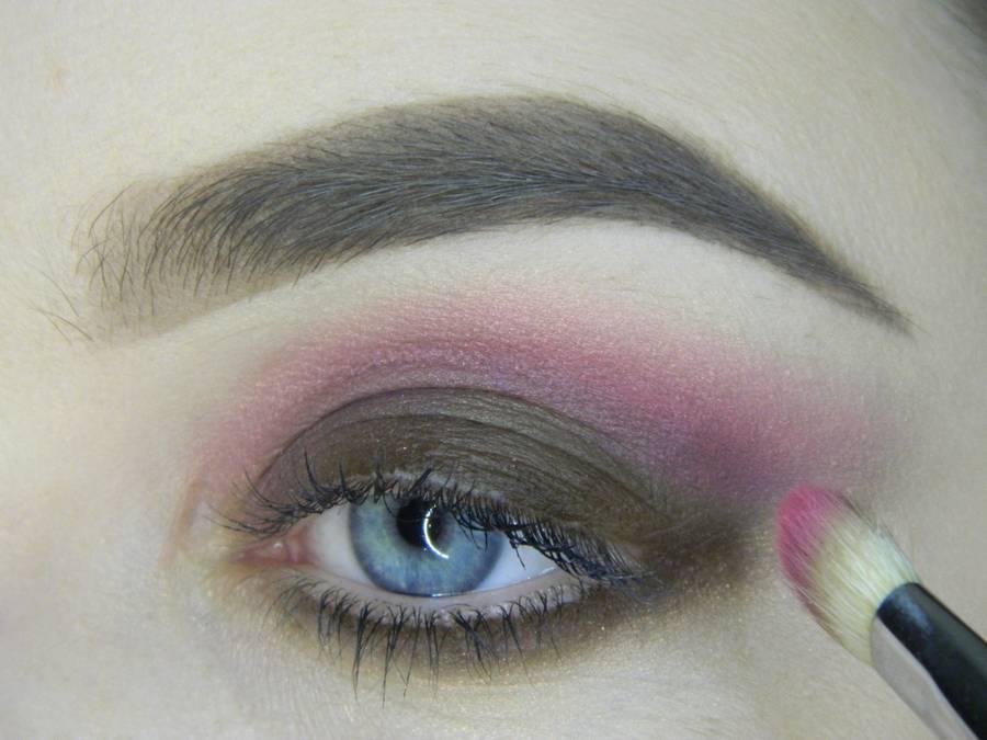 Выполнение насыщенного фиолетового смоки вечернего макияжа глаз шаг 6