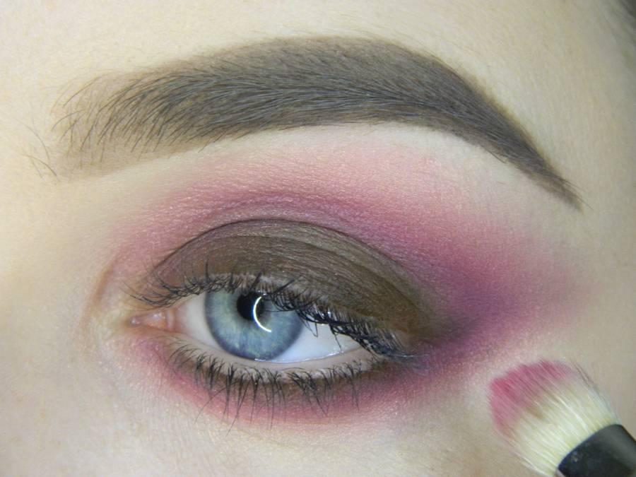 Выполнение насыщенного фиолетового смоки вечернего макияжа глаз шаг 7