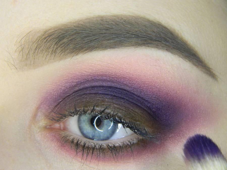 Выполнение насыщенного фиолетового смоки вечернего макияжа глаз шаг 8