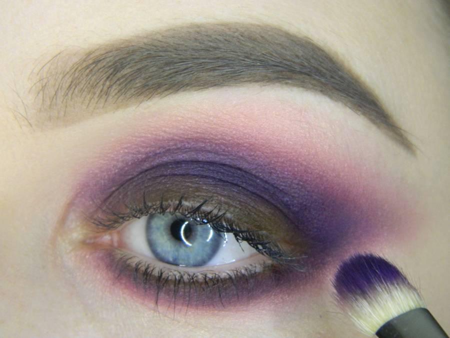 Выполнение насыщенного фиолетового смоки вечернего макияжа глаз шаг 9