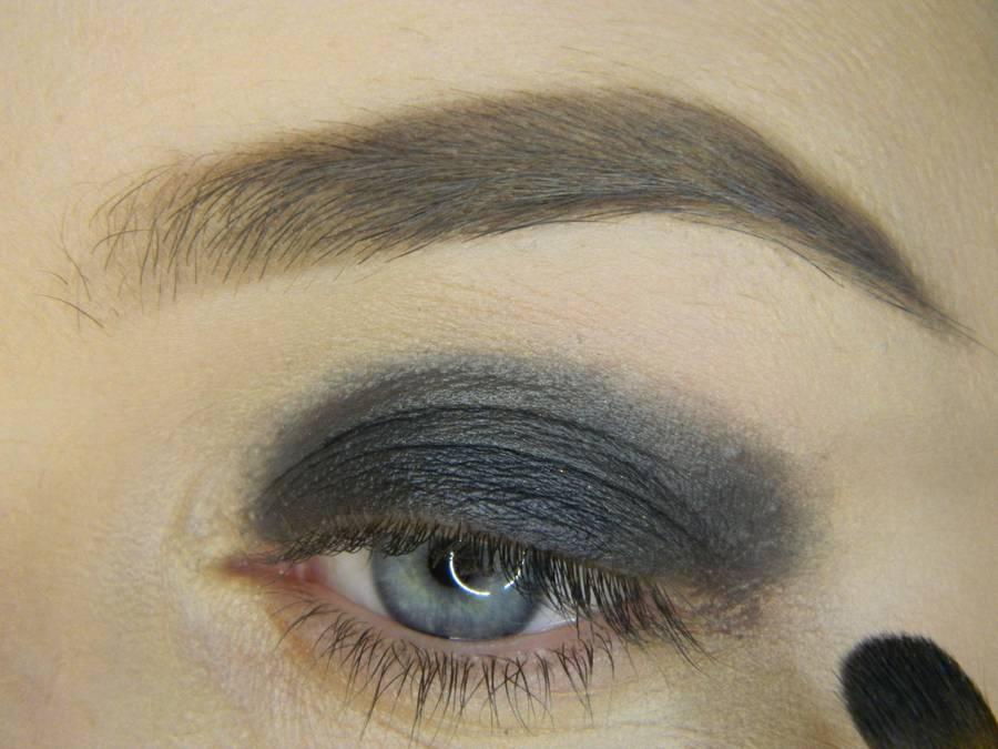 Выполнение простого смоки для серых глаз шаг 2