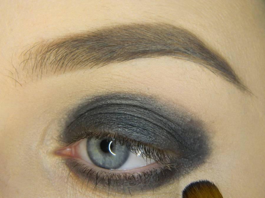 Выполнение простого смоки для серых глаз шаг 3