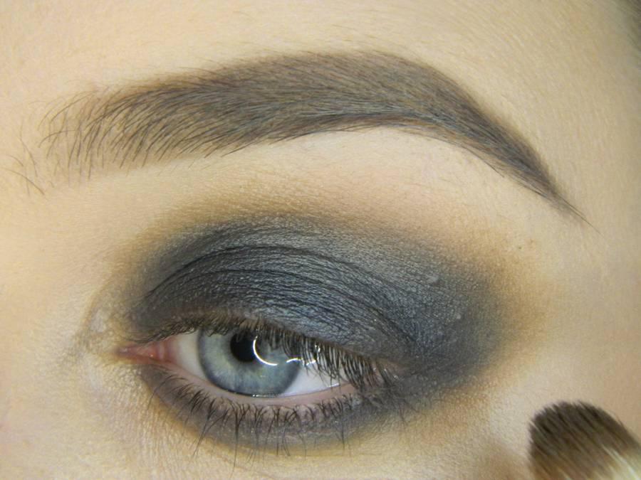 Выполнение простого смоки для серых глаз шаг 4