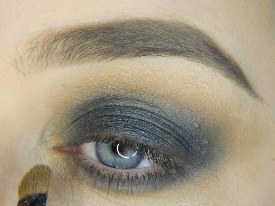 Выполнение простого смоки для серых глаз шаг 6