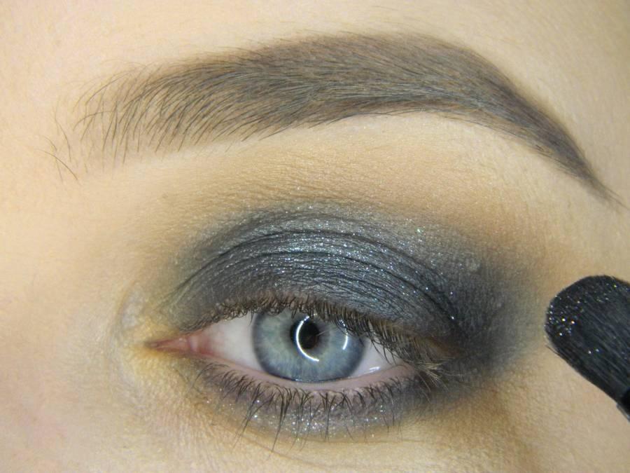Выполнение простого смоки для серых глаз шаг 7