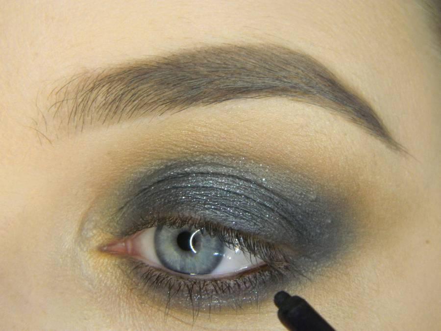 Выполнение простого смоки для серых глаз шаг 8