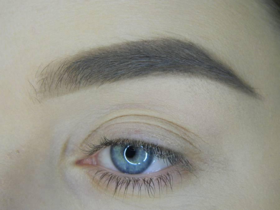 Выполнение яркого макияжа на основе растушеванной стрелки шаг 1