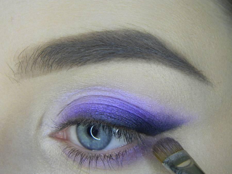 Выполнение яркого макияжа на основе растушеванной стрелки шаг 10