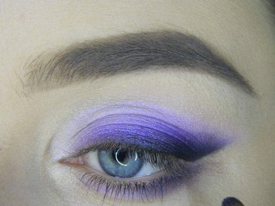 Выполнение яркого макияжа на основе растушеванной стрелки шаг 11