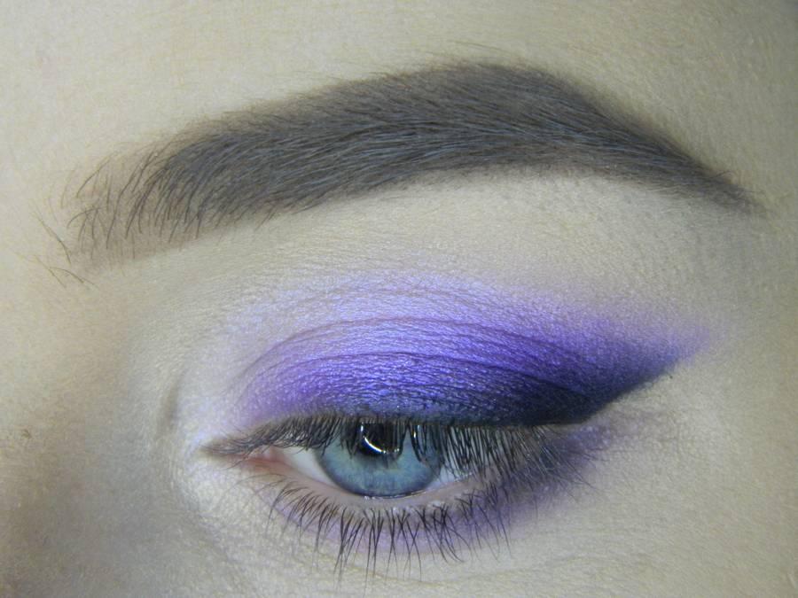 Выполнение яркого макияжа на основе растушеванной стрелки шаг 12