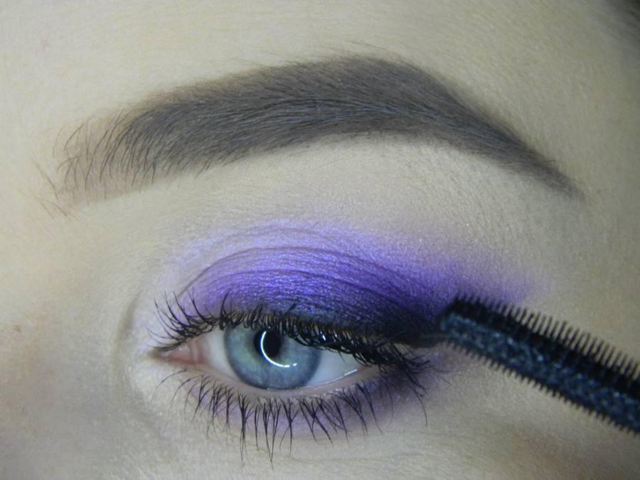 Выполнение яркого макияжа на основе растушеванной стрелки шаг 13