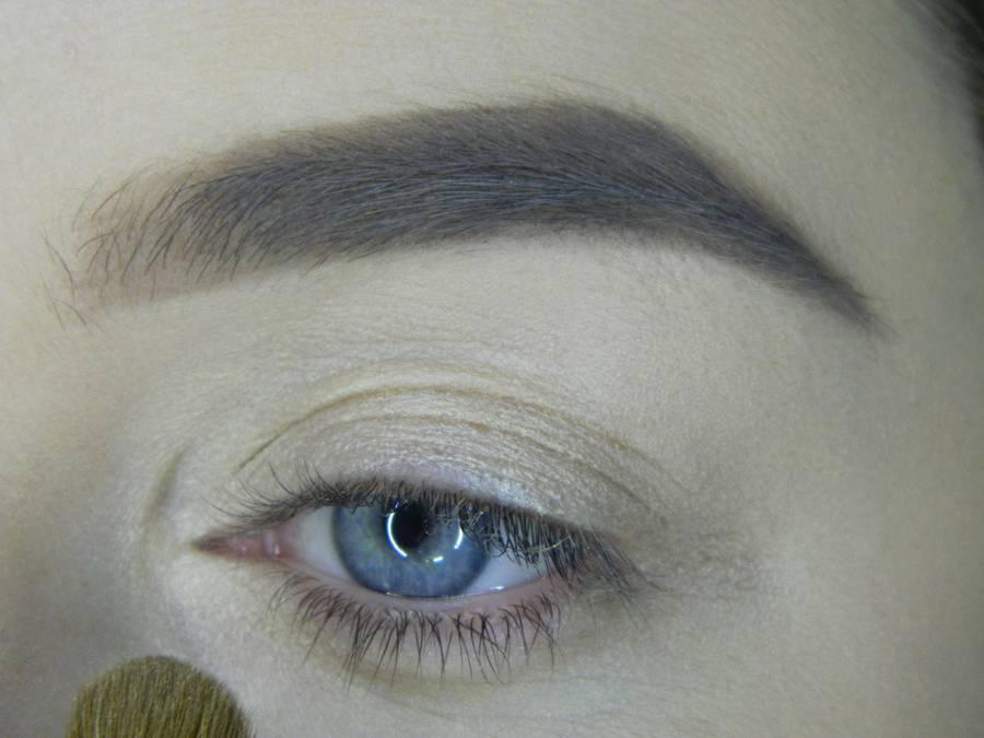 Выполнение яркого макияжа на основе растушеванной стрелки шаг 2