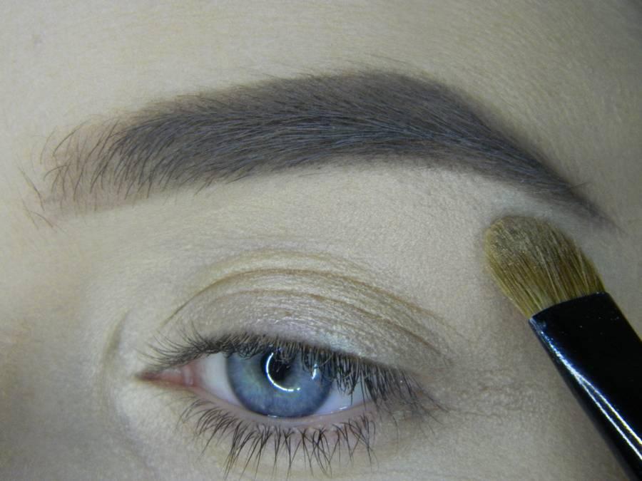 Выполнение яркого макияжа на основе растушеванной стрелки шаг 3